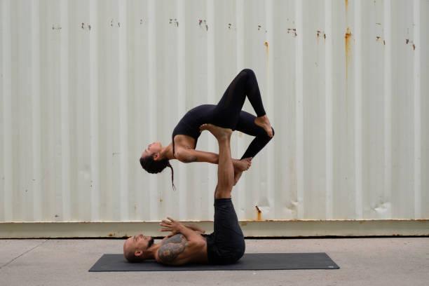 Couple pratiquant Acroyoga - Photo