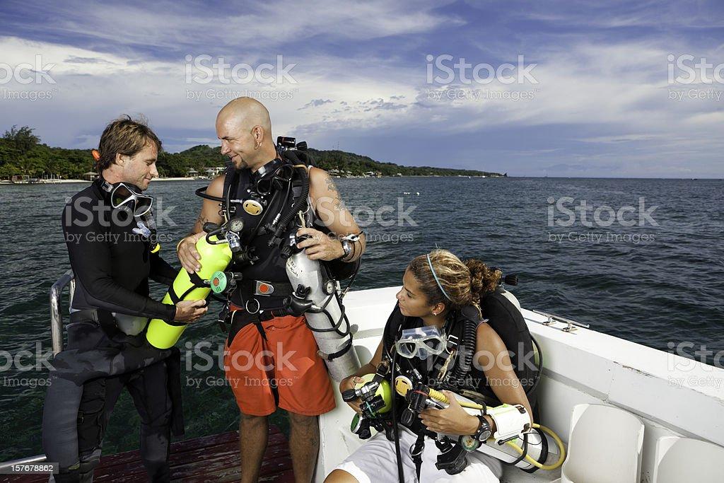 Casal preparando-se para o alto-mar, mergulho autônomo - foto de acervo