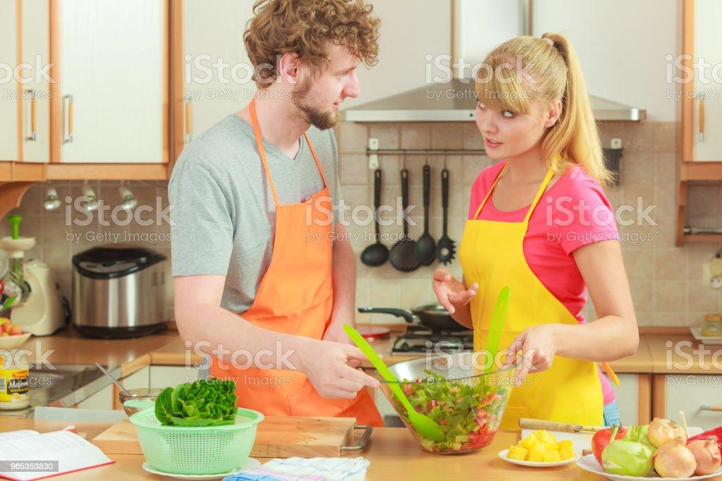對夫婦準備新鮮蔬菜食品沙拉 - 免版稅人圖庫照片