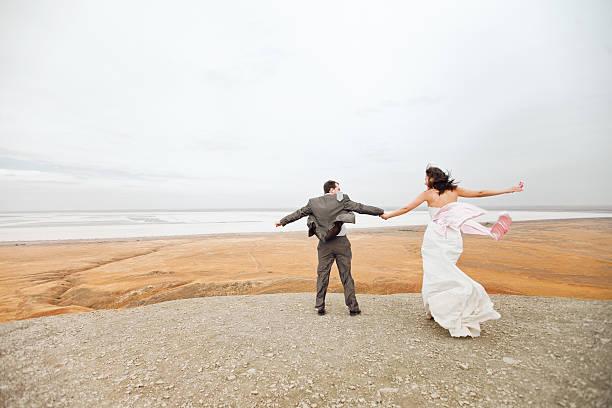 Paar bereit zum Sprung auf die Berge – Foto