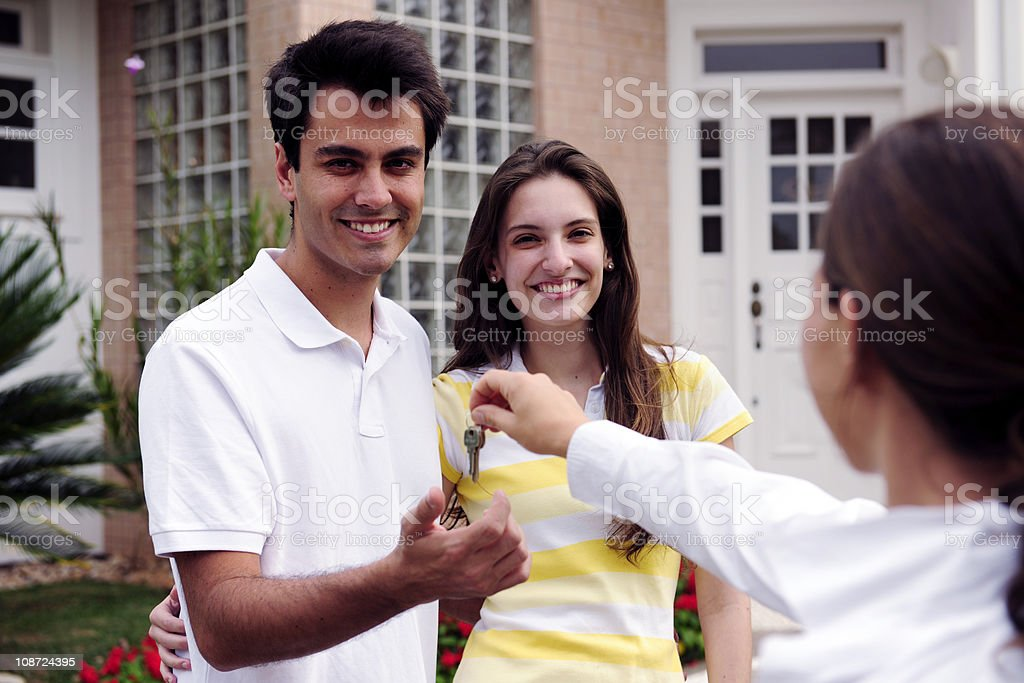 couple receiving house key from real estate agent - Royalty-free 30-39 Years Stock Photo