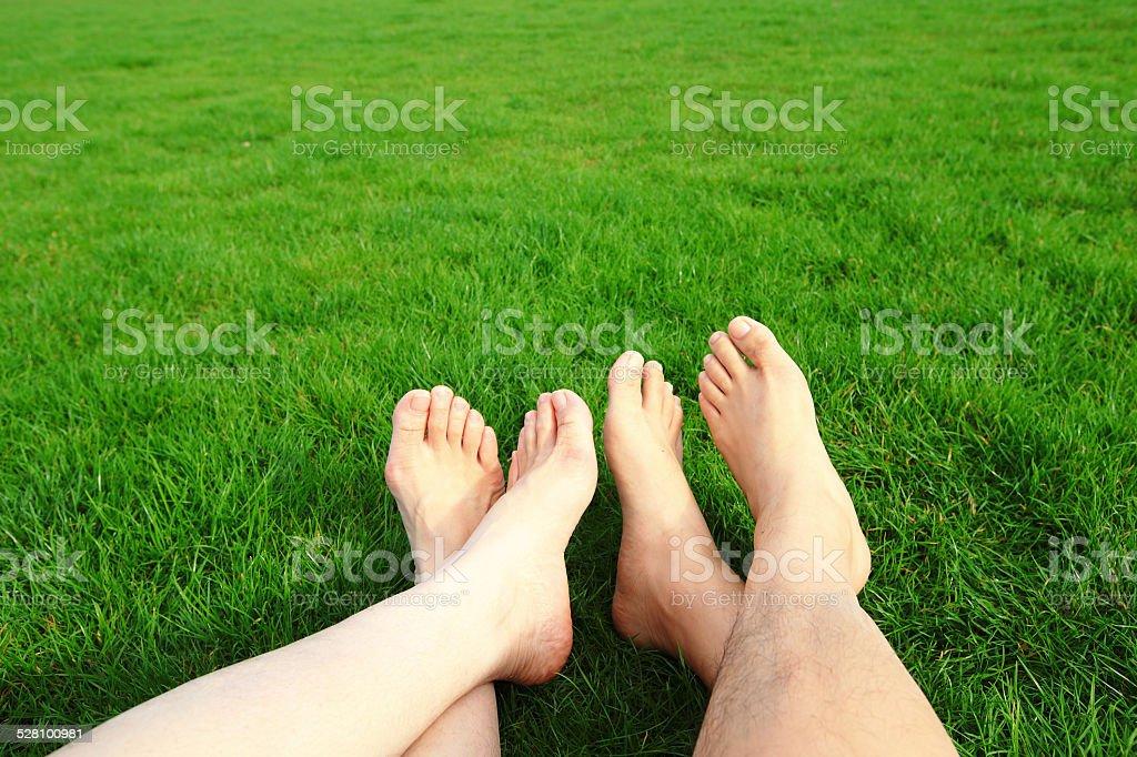 Paar entspannen Sie barfuß Genießen Sie Natur – Foto