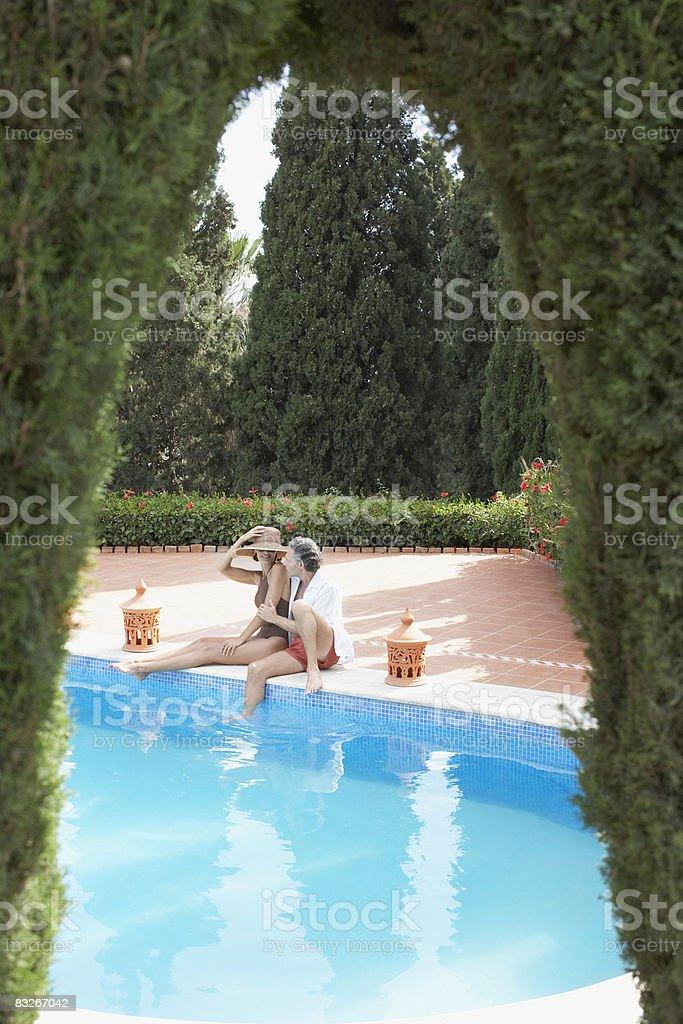 Para relaks w basenie zbiór zdjęć royalty-free