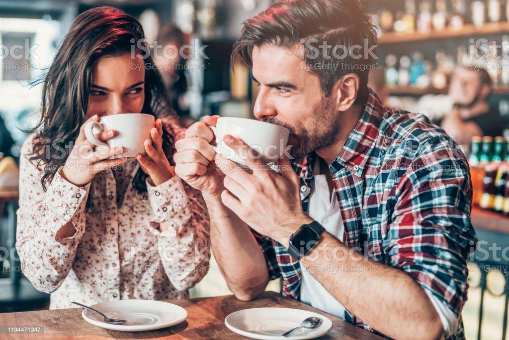 Paar ontspannen in een cafe - Royalty-free Alleen volwassenen Stockfoto