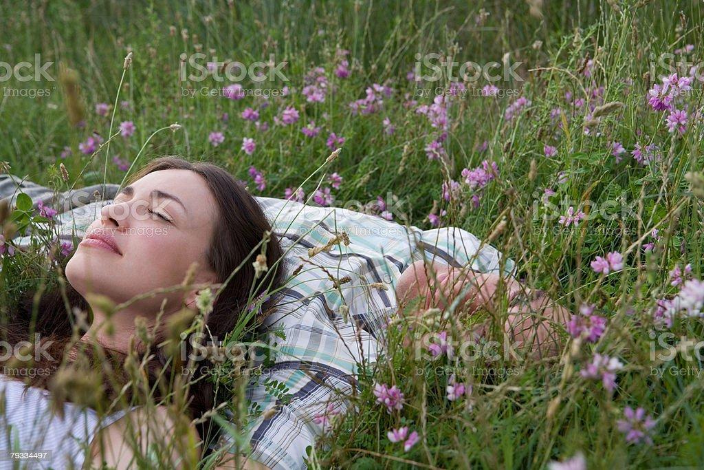 Casal relaxante em um campo foto de stock royalty-free