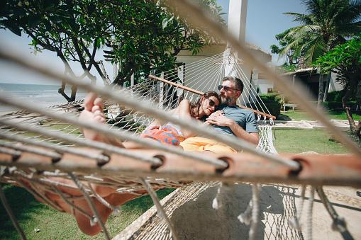 Paar Ontspannen In Een Hangmat Aan Het Strand Stockfoto en meer beelden van Alleen volwassenen