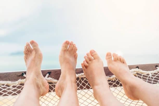 paar erholsame im sommerurlaub am strand - flitterwochen flip flops stock-fotos und bilder