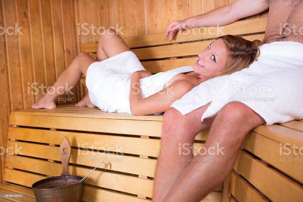Paar entspannenden im traditionellen hölzernen sauna. Lizenzfreies stock-foto