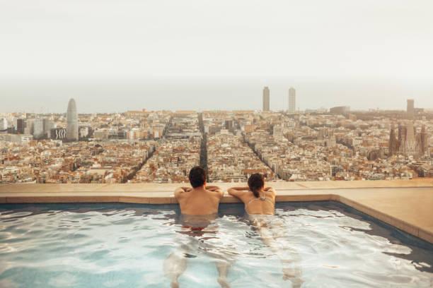 Paar auf Hoteldach Blick auf Skyline von Barcelona. Fotomontage. – Foto