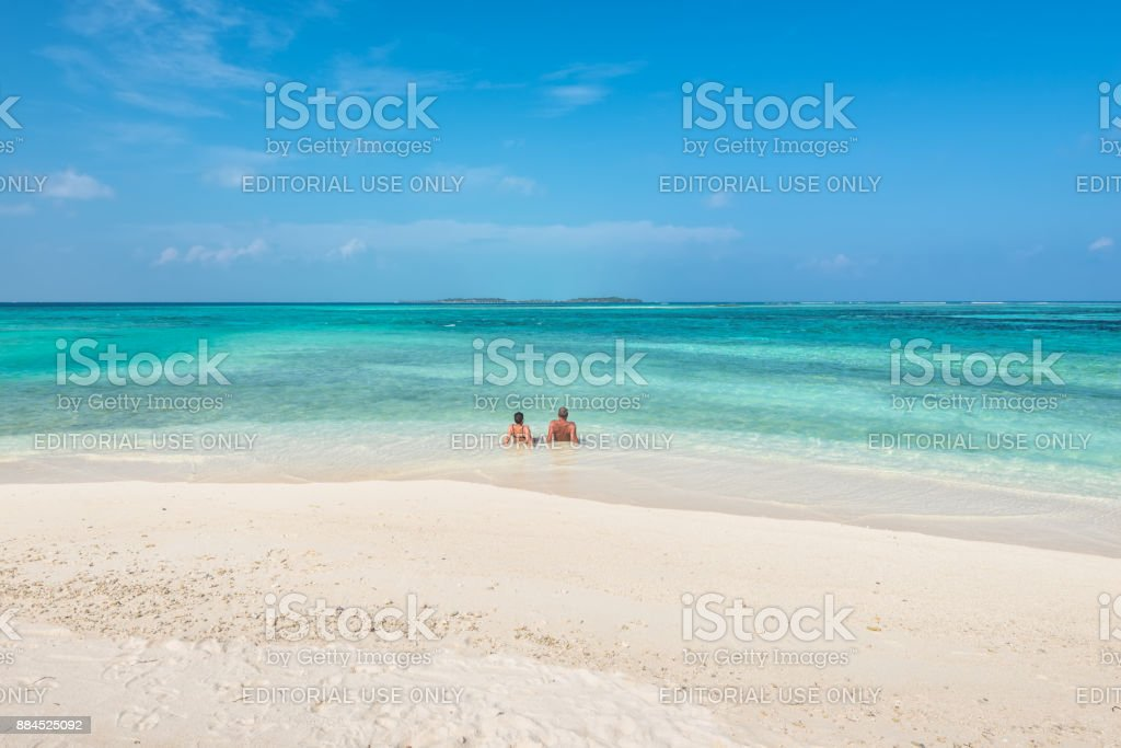 Couple relaxing on paradise beach - foto stock
