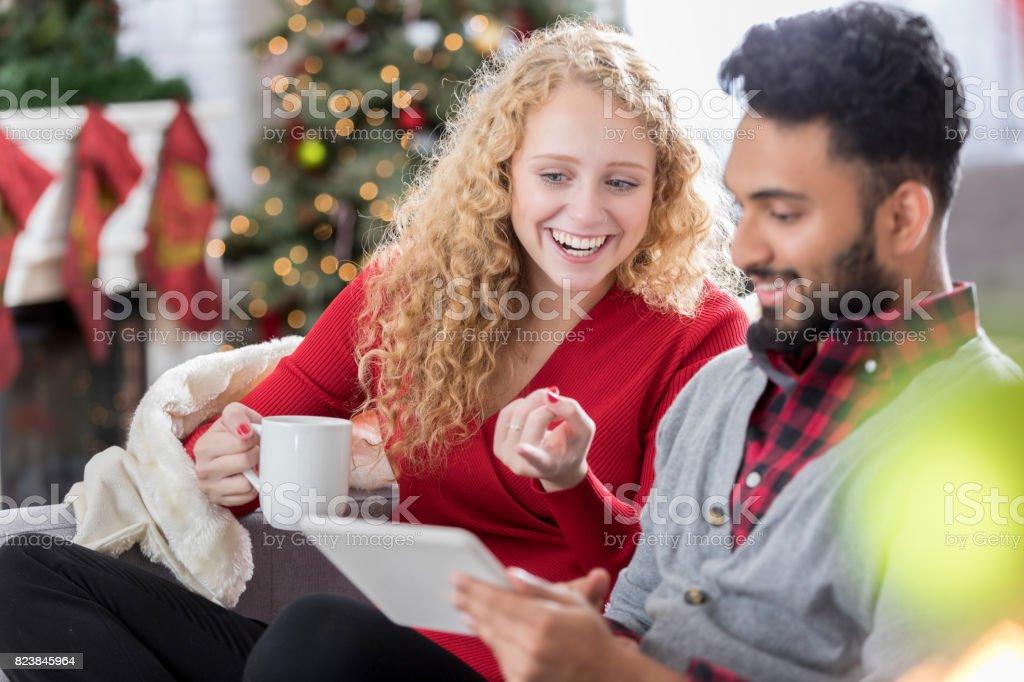 Çift düğün planları Noel kutlamaları sırasında araştırır. stok fotoğrafı
