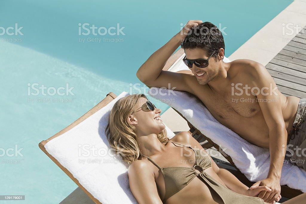 Paar Entspannen auf Loungesesseln Hände halten – Foto