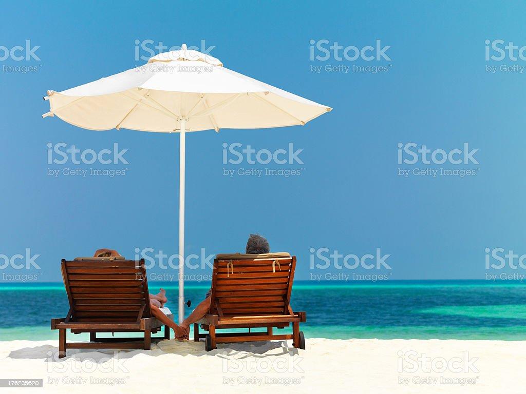 Lo Sdraio O La Sdraio.Sdraio Di Mare Sedie A Sdraio Con Tavolo Sulla Spiaggia Sotto La