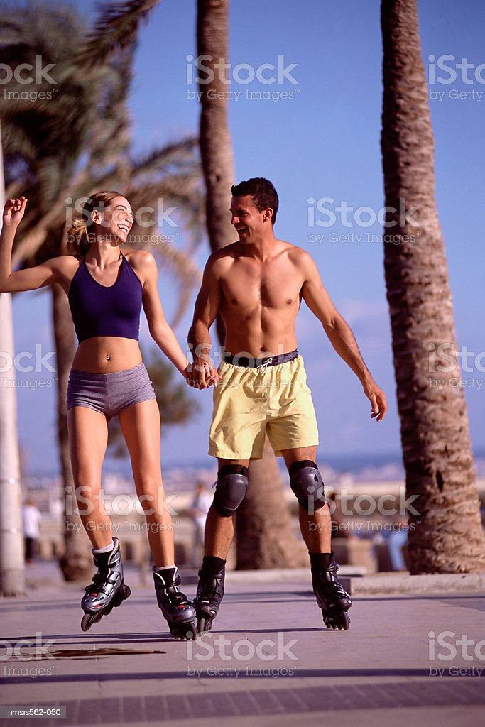Couple roller-skating royalty free stockfoto
