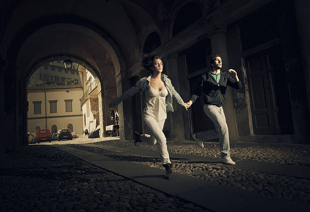 casal correndo assustar - escapismo - fotografias e filmes do acervo