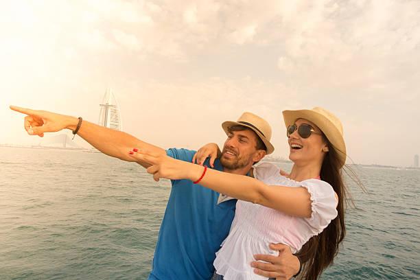 paar segeln über ihren wochenendurlaub in - hochzeitsreise dubai stock-fotos und bilder