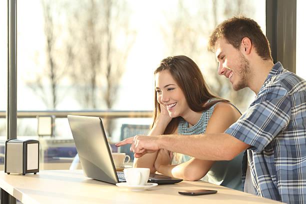 paar suchen informationen über laptop - suche freundin stock-fotos und bilder