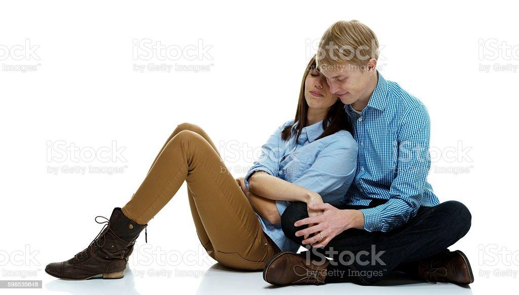 Couple assis ensemble-vous en amoureux photo libre de droits