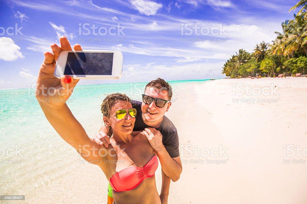 Pareja selfie en el paraíso tropical foto de stock libre de derechos