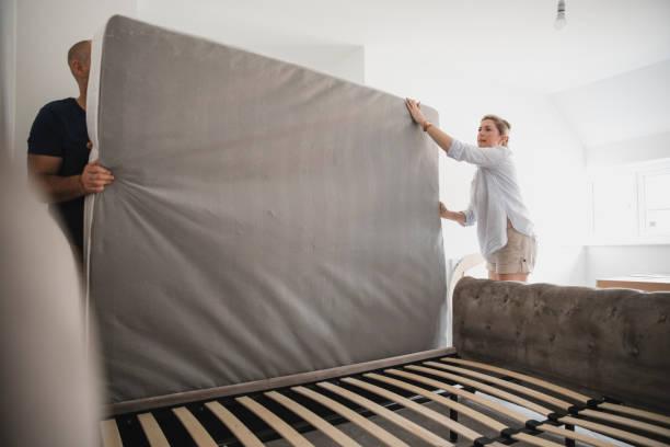 çift yatakta birlikte yeni ev kurma - yatak stok fotoğraflar ve resimler