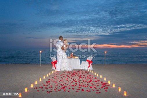 Fotograf a de pareja compartir una cena rom ntica con velas y m s banco de im genes de aire - Cena romantica con velas ...