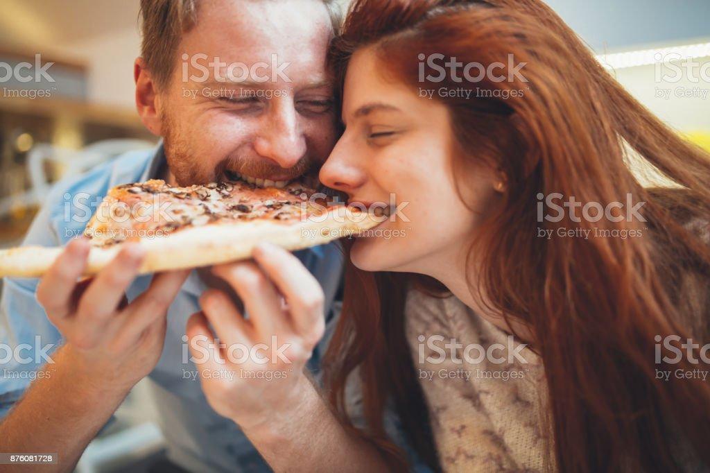 Paar im Pizza und Essen – Foto