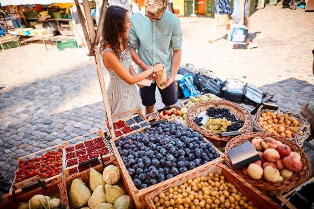 paar-shop auf dem sommerobst-markt im freien - sommerferien baden württemberg stock-fotos und bilder