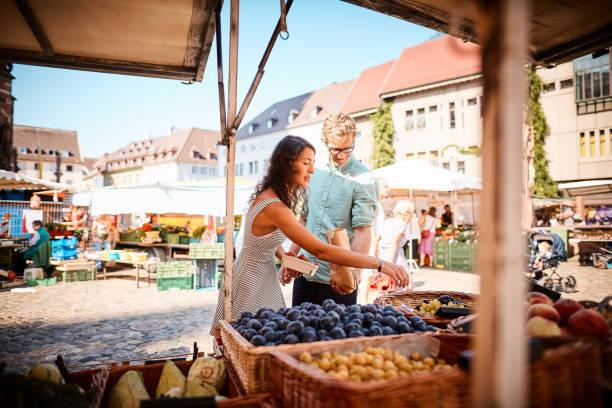 야외 여름 과일 시장에서 커플 쇼핑 - 시장 소매점 뉴스 사진 이미지