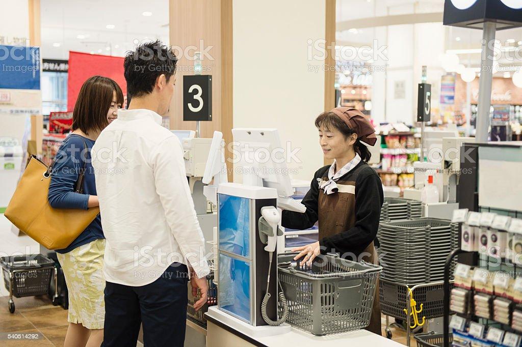 カップルショッピングには、現金のスーパーマーケットの登録 ストックフォト