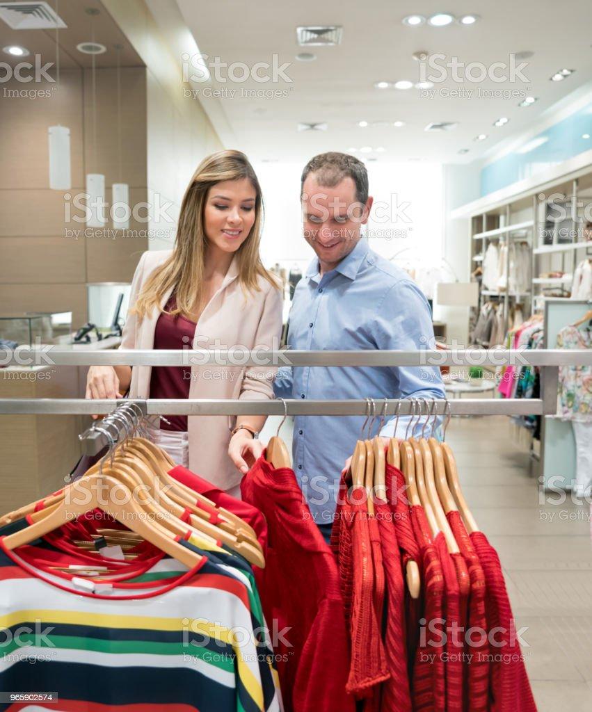 Paar winkelen voor kleding in een winkel - Royalty-free 30-39 jaar Stockfoto