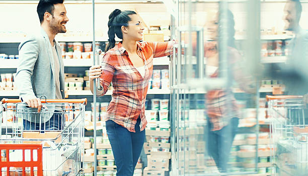 커플입니다 쇼핑을 슈퍼마켓. - 냉동식품 뉴스 사진 이미지