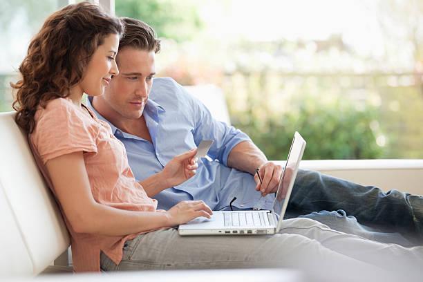 paar online-shopping mit kreditkarte - sofa online kaufen stock-fotos und bilder