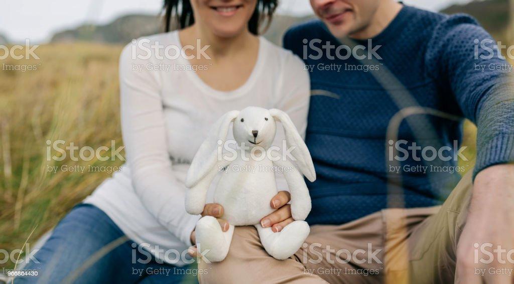 Couple montrant un lapin en peluche - Photo