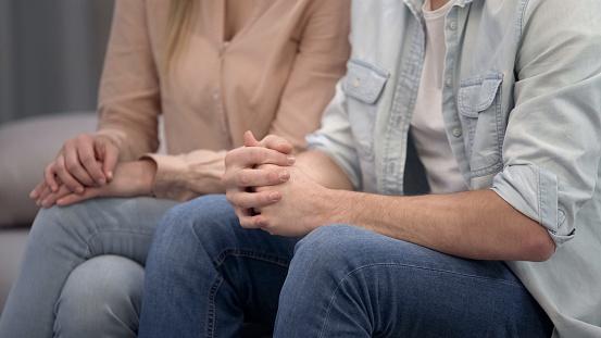 Paar Zitten Op Psycholoog Familiecrisis Therapie Huwelijkstherapie Stockfoto en meer beelden van Bank van de psychiater
