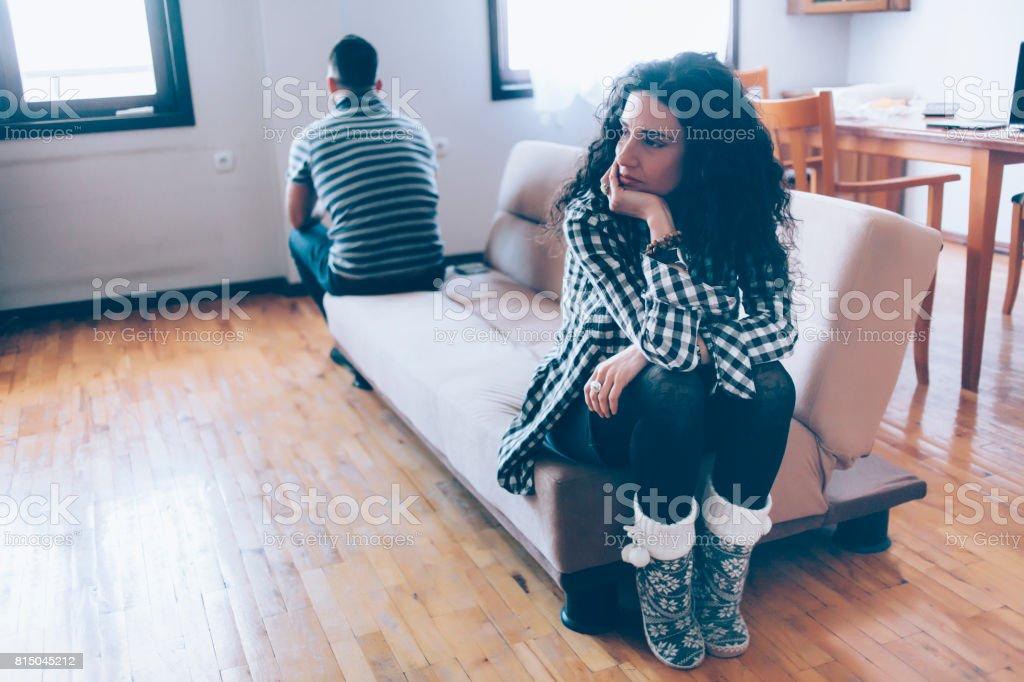 いくつか座っている自宅のソファの上に戻る ストックフォト