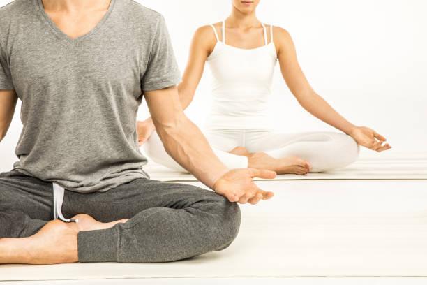 paar sitzend in lotus position - kundalini yoga stock-fotos und bilder