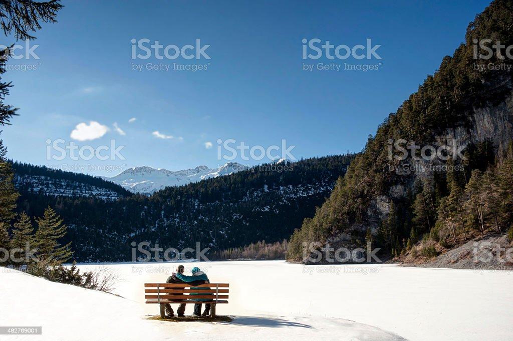 Paar sitzt auf einer Bank – Foto
