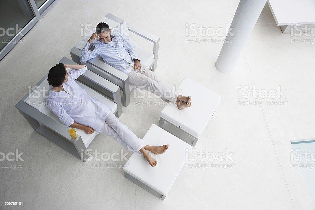 Paar sitzt auf Sessel – Foto