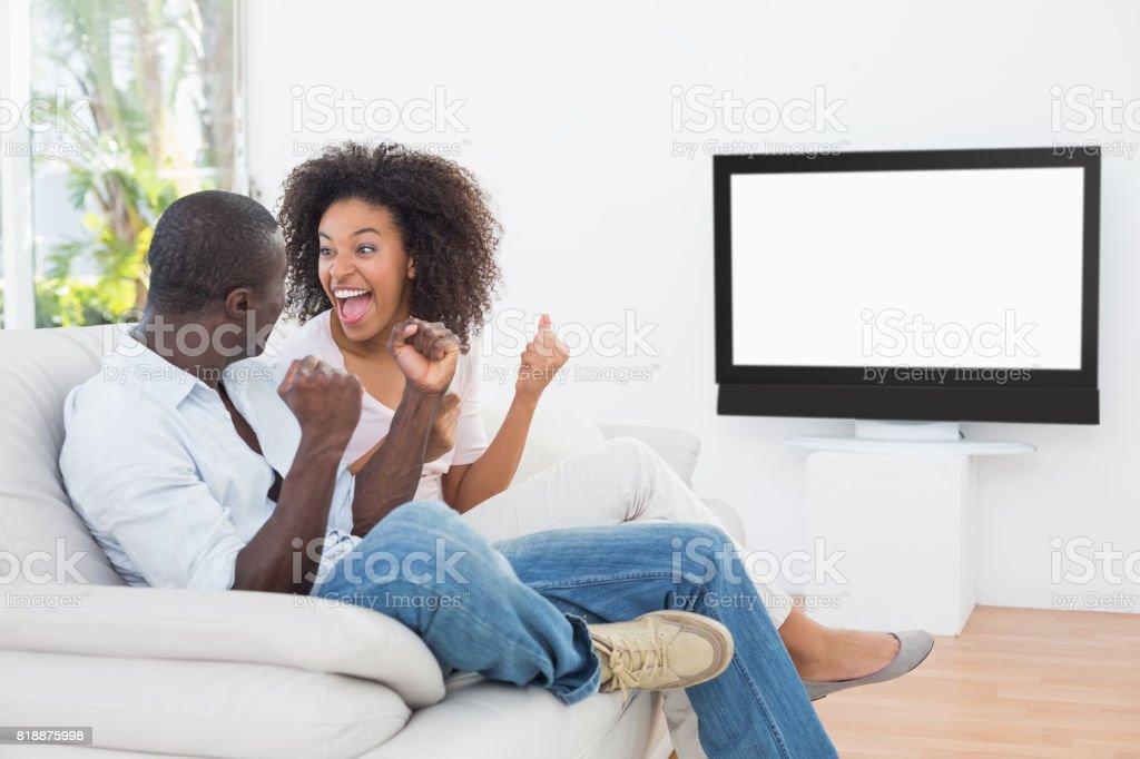 Paar Sitzen Auf Der Couch Vor Dem Fernseher Stock Fotografie Und