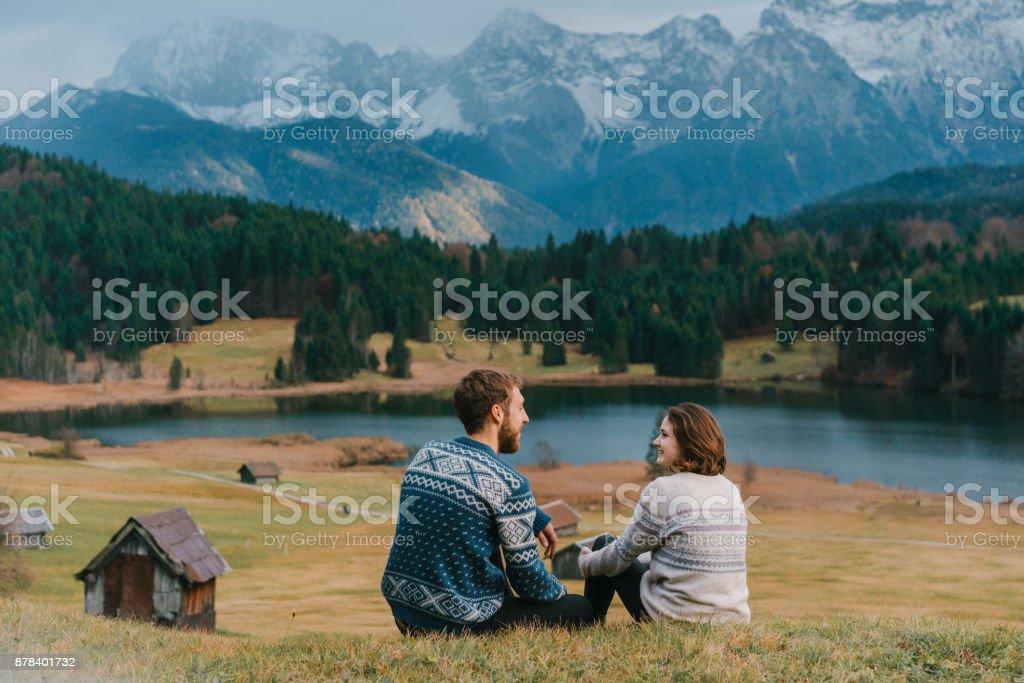 Paar, sitzen auf der Wiese in der Nähe von Gerold See in Alpen – Foto