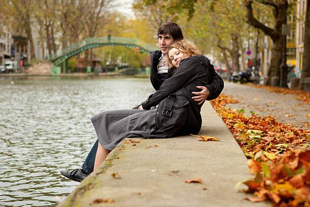 Dating Paar in Paris am Kanal Saint-Martin – Foto