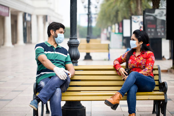 Paar sitzt im Freien mit sozialen Entsinnen – Foto
