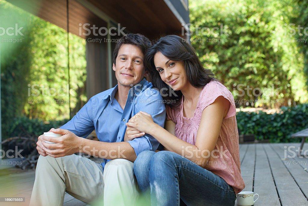 Para siedzi razem na patio – zdjęcie