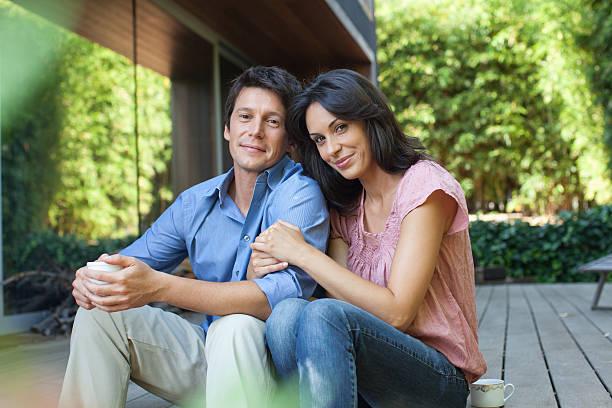 couple sitting together on patio - 30 39 jaar stockfoto's en -beelden