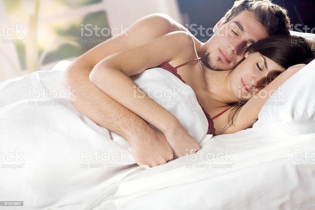 Coppia Dorme E Abbracciare Nel Letto In Camera Da Letto - Fotografie ...