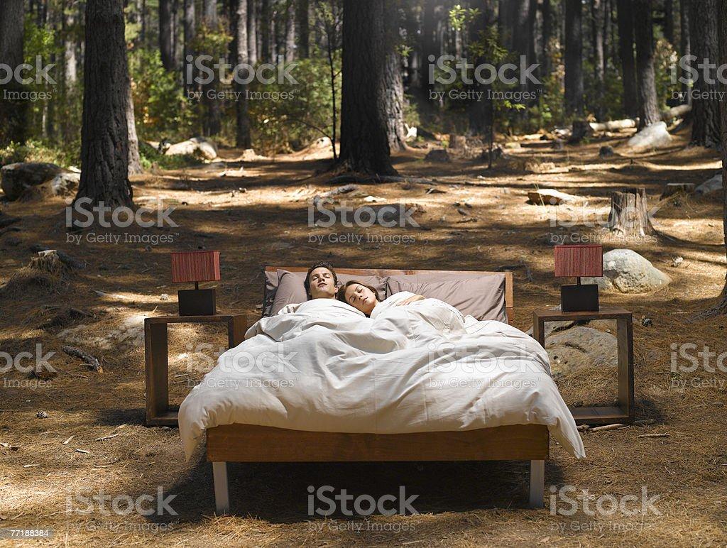 Un couple, dormir dans un lit d'extérieur en bois - Photo
