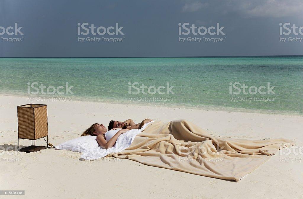 Paar Schlafen Im Bett Am Strand Stock Fotografie Und Mehr Bilder Von