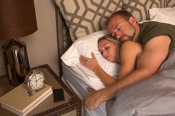 paar schlafen am morgen - nachttischleuchte touch stock-fotos und bilder