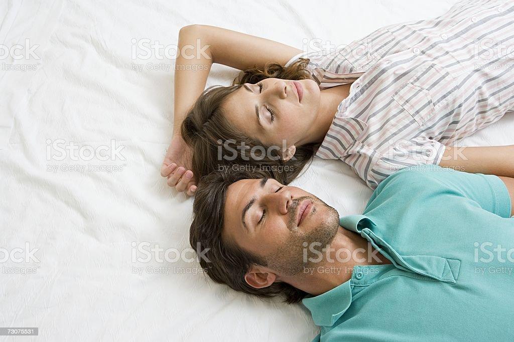 Casal dormir na cama foto de stock royalty-free
