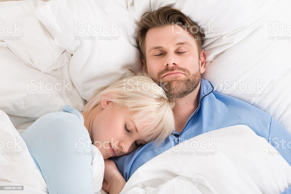 Couple, dormir ensemble dans un lit photo libre de droits